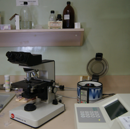 Laboratoire Clinique Montagne Verte Microscope et centrifugeuse